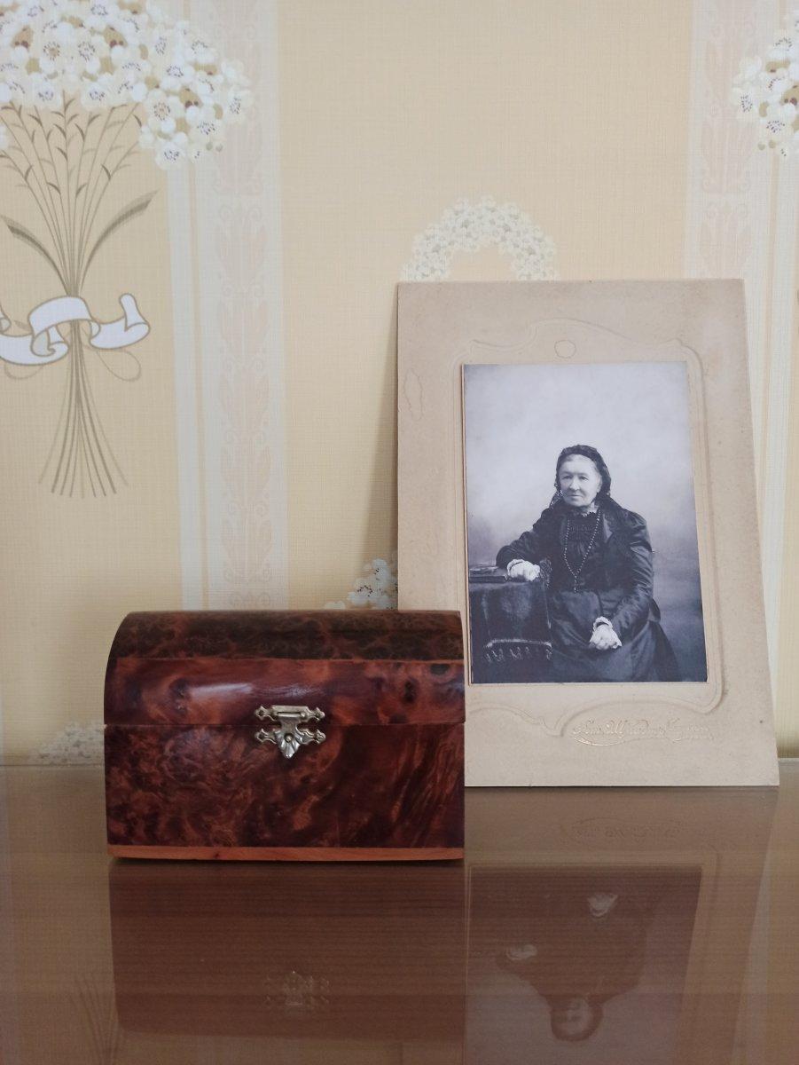 Фотография Е.С. Облачинской (бабушка А.Л. Чижевского), шкатулка-сундучок