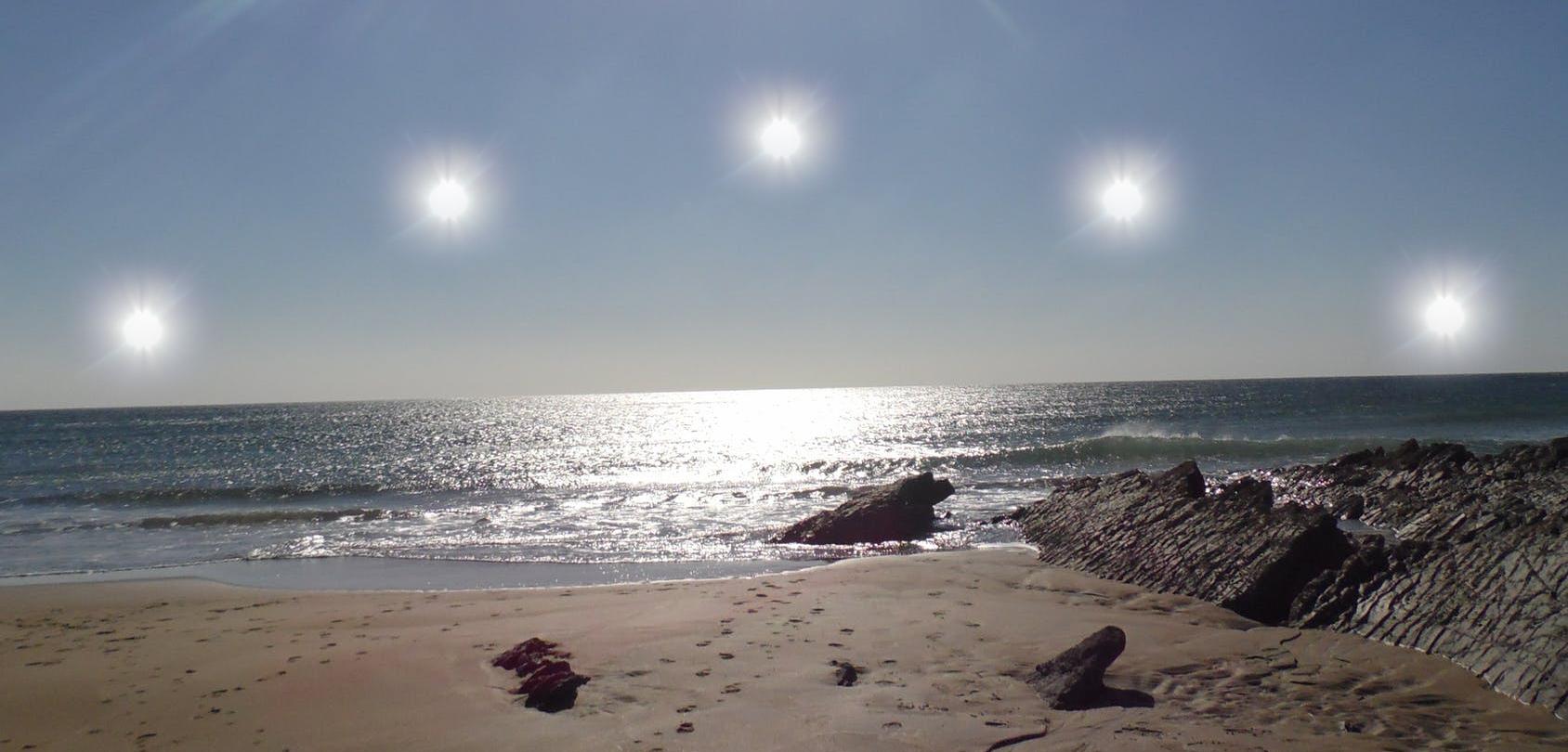 В день летнего солнцестояния Солнце поднимается на наибольшую высоту над горизонтом.