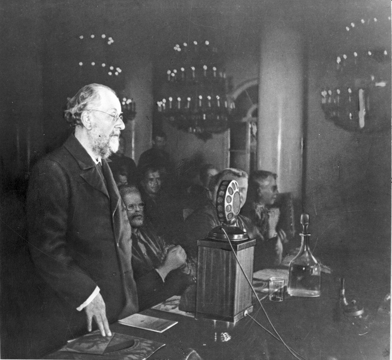 К.Э. Циолковский выступает в Колонном зале Дома Союзов, Москва, 1932 г.
