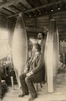 К. Э. Циолковский и В. И. Ассонов с моделями оболочки дирижабля К. Э. Циолковского. 1913 г.