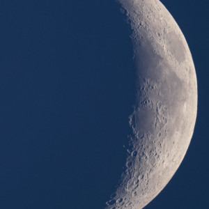 Растущая Луна из астрономической обсерватории