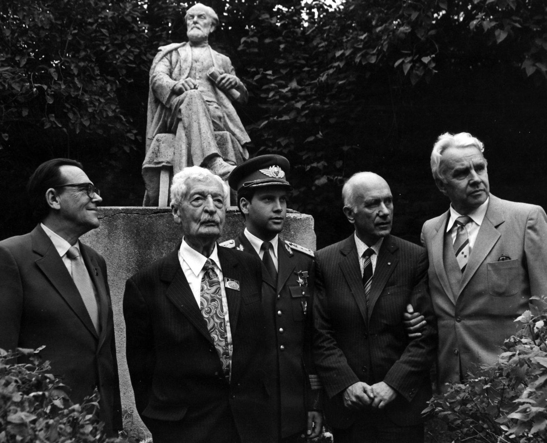Герман Оберт в Доме-музее К.Э. Циолковского. 1982 год.
